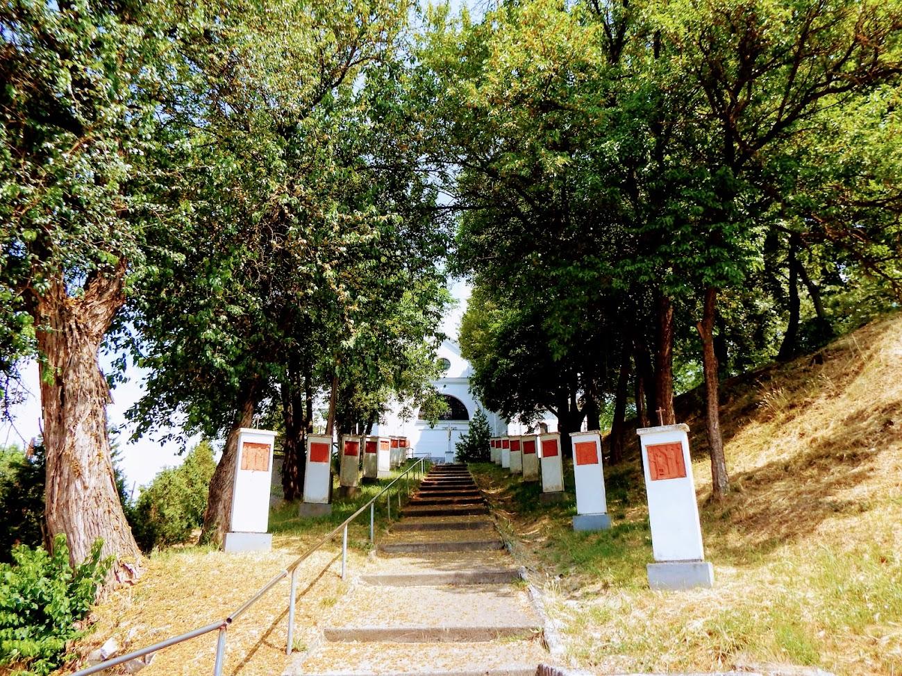 Koppányszántó - Szent Bertalan apostol rk. templom és kálvária a templomdombon