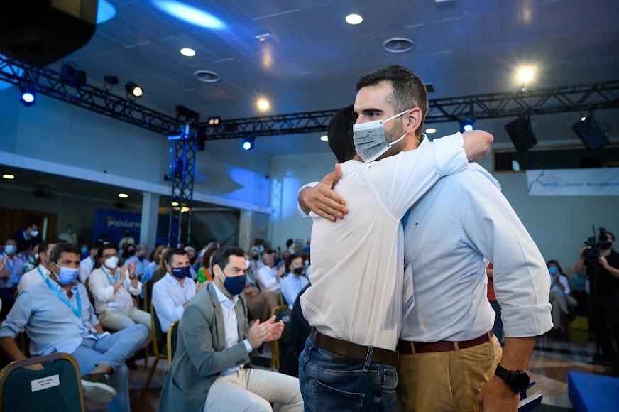 Javier A. García abraza al alcalde de Almería.
