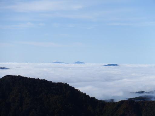 奥に能郷白山、右に荒島岳の山頂部