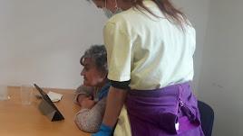 Residente hablando con familiares a través de una tablet.
