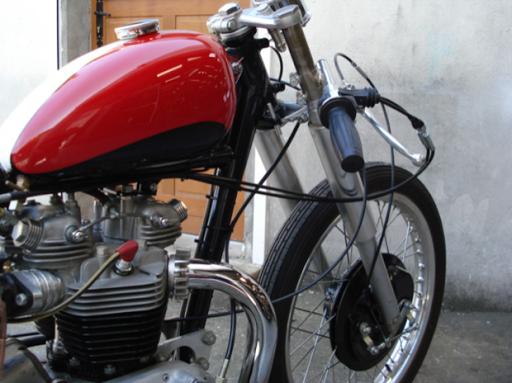 Superbe Triumph Dragster créée dans les ateliers de Machines et Moteurs, spécialiste de la restauration de machines anglaises classiques