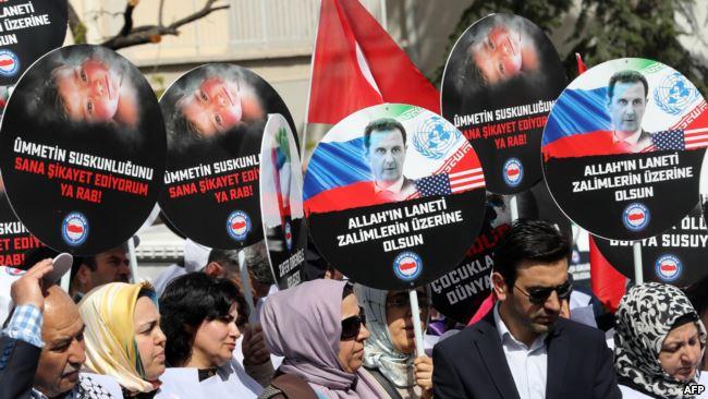 В Анкарі під посольством Росії у Туреччині протестувальники виступають проти дій Росії в Сирії, 7 квітня 2017 рокуроку