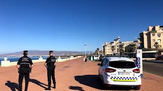 Policía Local patrullando en el paseo marítimo de Retamar