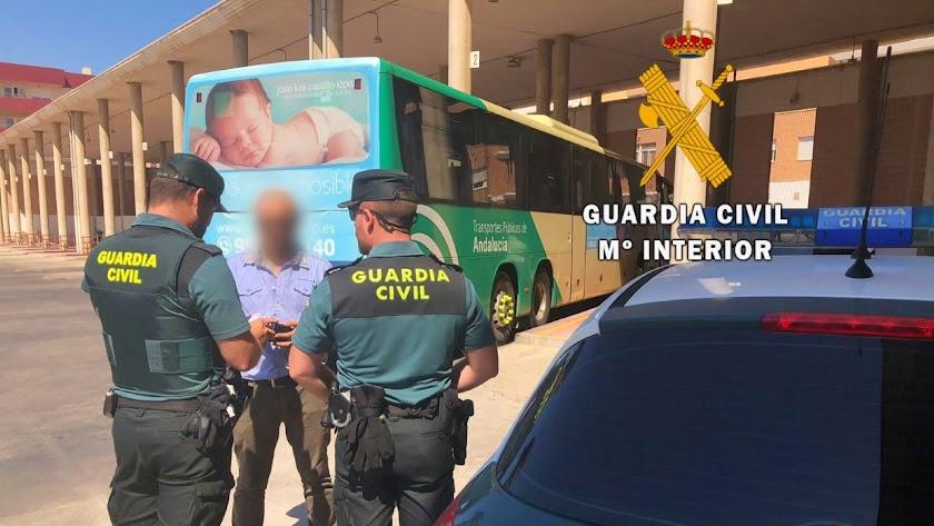 La víctima consiguió huir en autobús a Jaén.