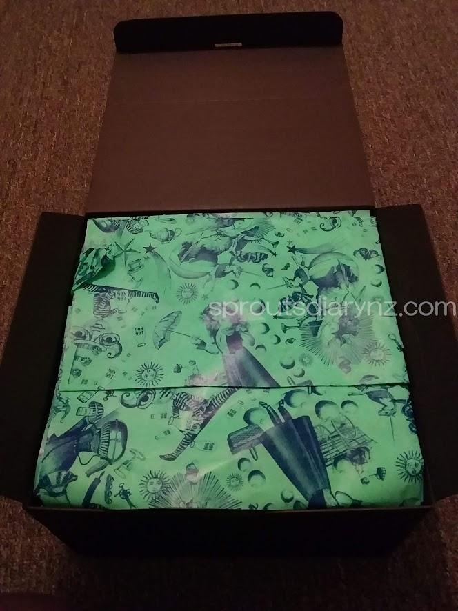 開けると緑色の包装紙が。厚みはポンポンを作るための紙くらいで、かなり薄いです。しかし手触りは抜群。