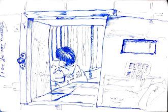 Photo: 女監遞物窗口2011.12.29鋼筆 接見家屬送來的會客菜經過檢查,就從這小小的窗口交到收容人手中,從這裡正好可以看見女收容人在鐵窗前正透過對講機和家人傾訴親情,就二十分鐘的時間…在這裡每天都可以看見他們之間的衝突、抱怨、淚水和期盼,這些無非都是愛呀!