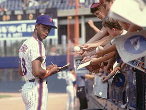 Photo: Baseball: New York Mets Darryl Strawberry signing autographs for fans.