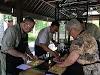 Indonésie. Cours de cuisine de Bali. Trancher, couper et hacher les ingrédients pour la pâte de Gede