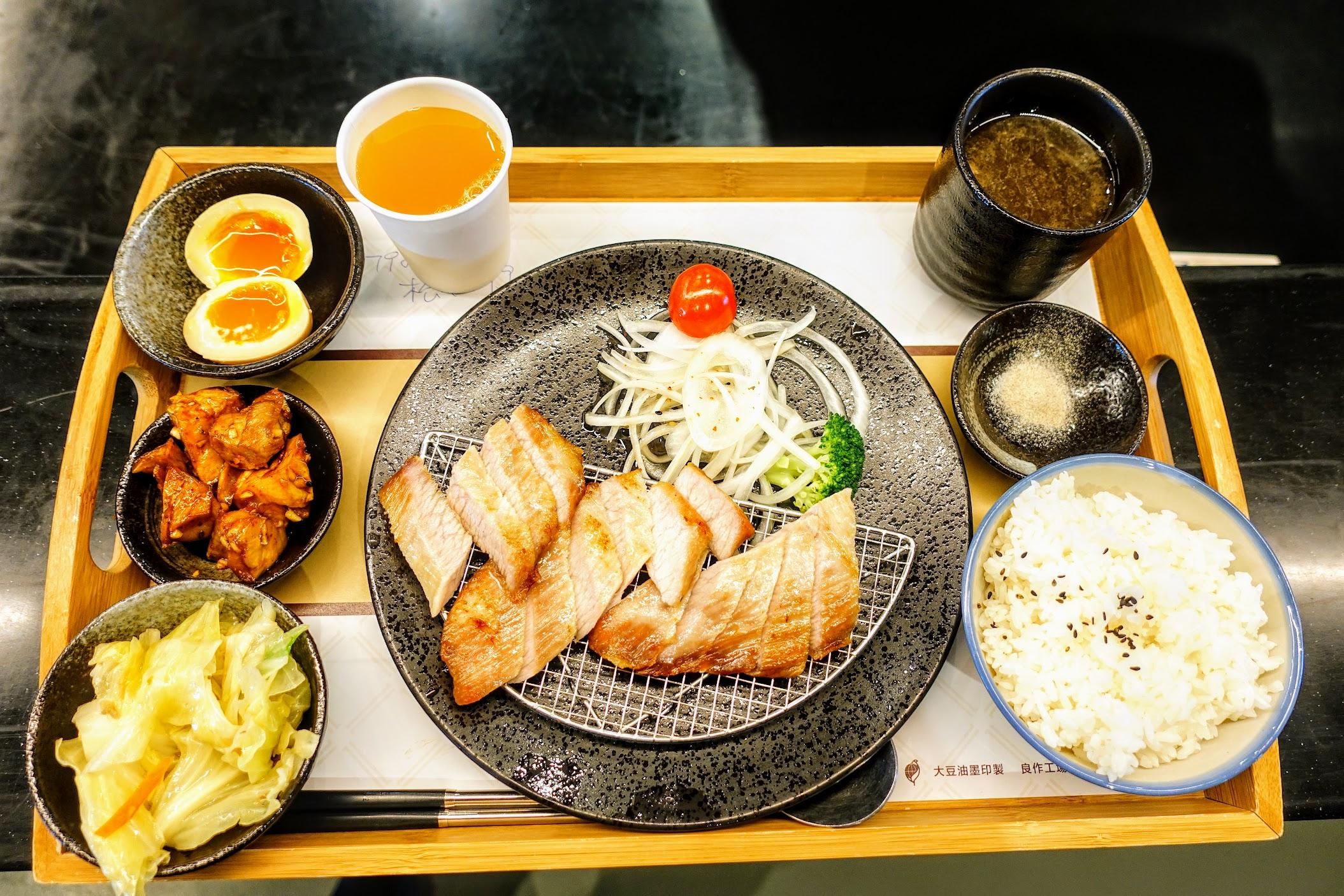 松阪豬肉套餐,一個套餐內有湯/飯/飲料/小菜二盤等,實際吃起來很飽足