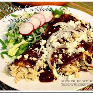 Chicken Mole Enchiladas / Enmoladas de Pollo.