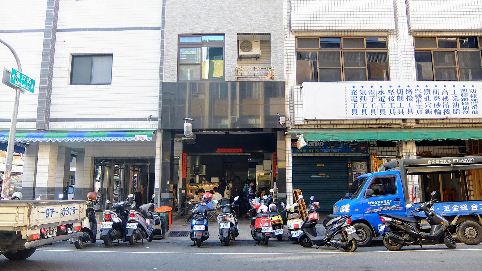 萬川早餐店,沒有招牌,沒有招牌喔! 反正看到人很多,就沒錯