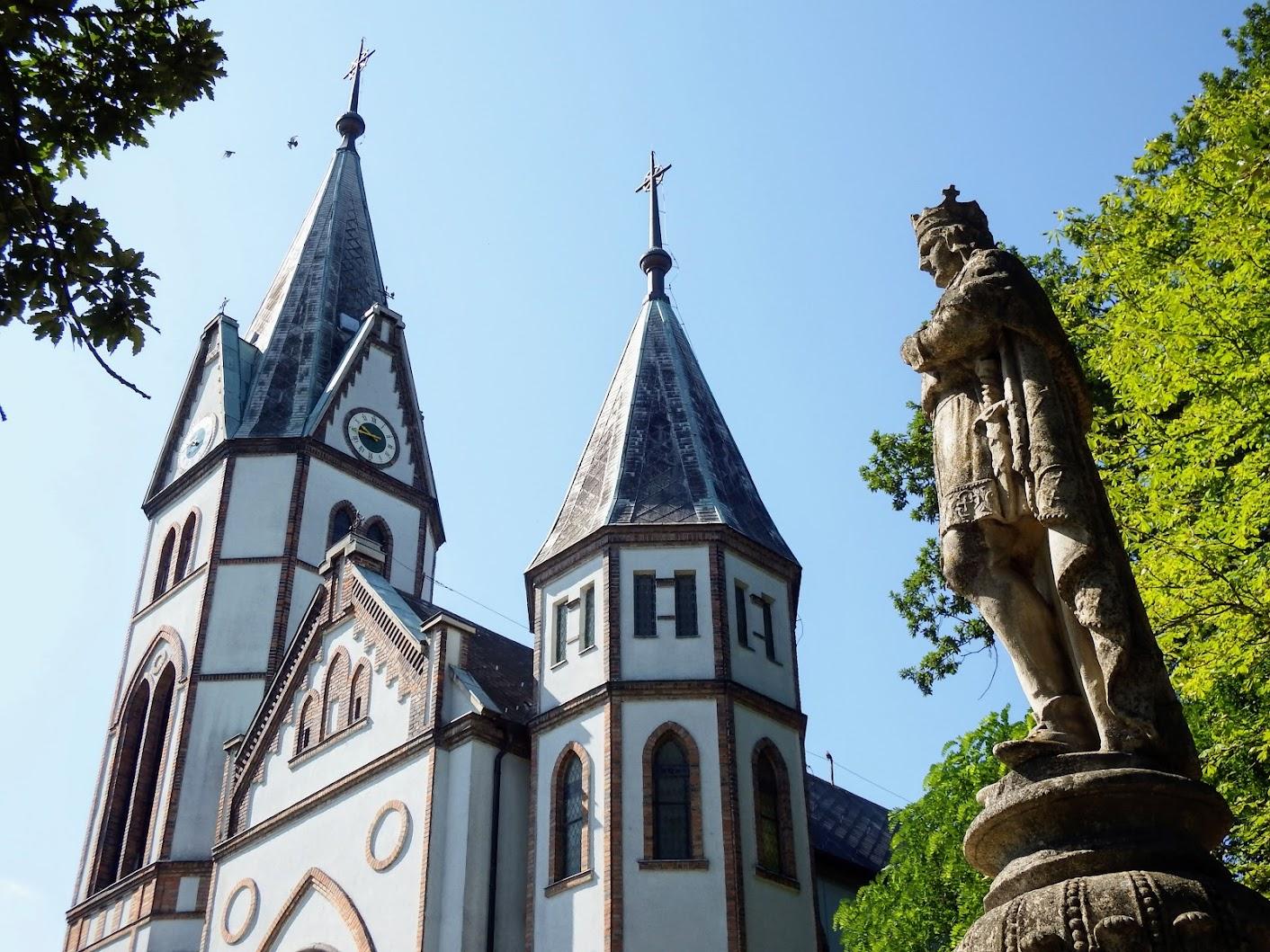 Tatabánya - Szent Imre-szobor a Szent István-templom mellett a Május 1. parkban