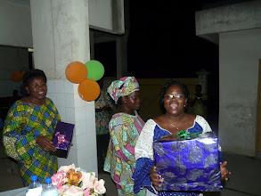 Photo: Remise des cadeaux à la délégation