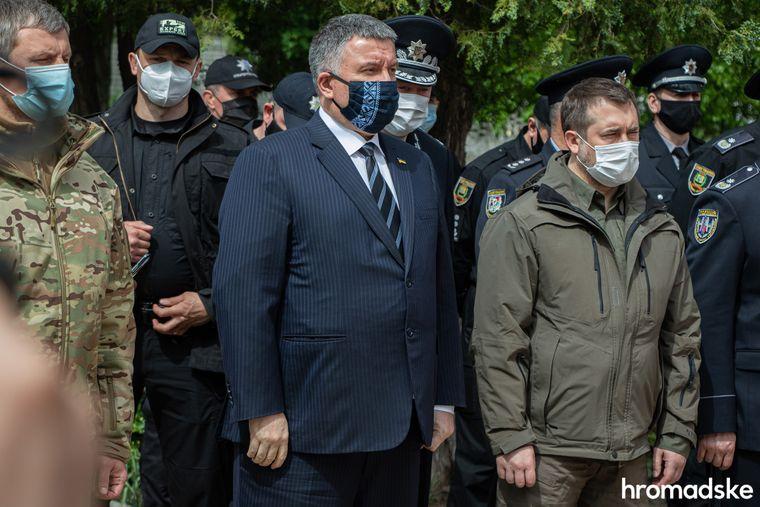 Міністр внутрішніх справ Арсен Аваков на церемонії прощання з командиром батальйону поліції «Луганськ-1» Сергієм Губановим у Сєвєродонецьку, Луганська область, 22 травня 2020 року