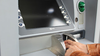 Una persona opera en un cajero automático.