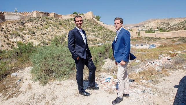 visita a la zona del alcalde de Almería, Ramón Fernández-Pacheco, y el concejal de Desarrollo Urbano y Vivienda, Miguel Ángel Castellón.