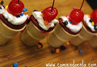 Photo: Una vez fríos, decoramos al gusto con la crema Cool Whip Frosting, chispitas y una cereza por encima.