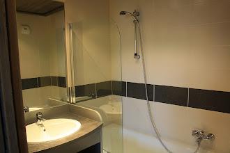 Photo: Avant-goût d'une salle de bain propre à la résidence Deneb, à Risoul dans les Alpes du Sud.