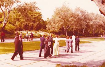 Photo: Hääparit kävi myös muistomerkillä 1976.
