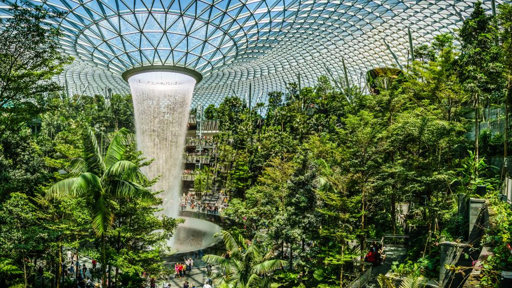 Aeroporto de Singapura, cartão-postal de luxo e sustentabilidade, está aberto para vacinação. (Fonte: Derek Teo/Shutterstock)