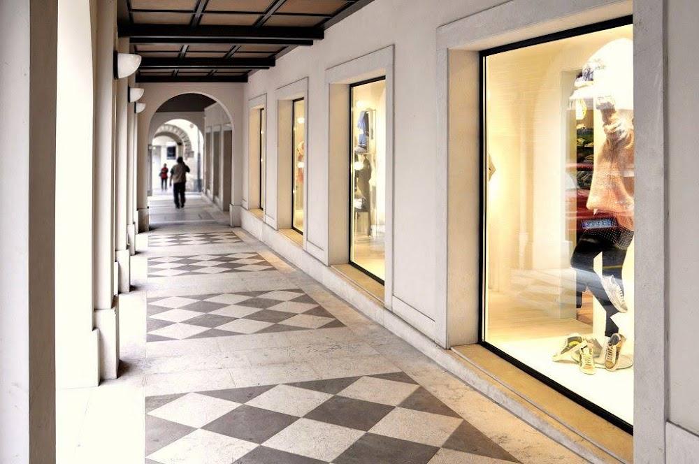 mặt tiền shop thời trang trung tâm thương mại