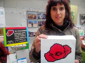 Photo: Nuestra querida Rosa, coordinadora del Banco del Tiempo de Sarriguren en apoyo a Vidas Contadas desde el stand de Visualiza en la Feria de Economía Solidaria de Navarra.