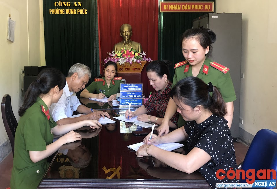 Cán bộ Công an phường Hưng Phúc hướng dẫn nhân dân hoàn tất hồ sơ, thủ tục hành chính