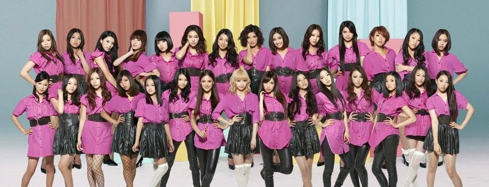 """E-Girls com 29 integrantes (Dream, Happiness, FLOWER, bunny, EGD), promovendo o single icônico chamado """"Follow Me""""."""
