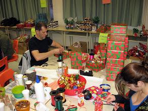 Photo: Daniel et son mur de cadeaux.