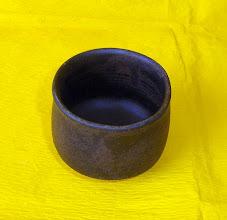 写真: 天目釉ぐい呑み 琉球大田焼窯元:平良幸春作 マツトの天目釉です  掲載作品のお問い合わせは ℡/FAX 098-973-6100でお願致します。