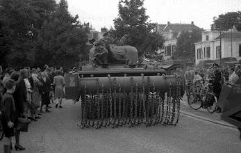 Photo: 0019. Bevrijding, een tank rijdt van het Plein 1813 de Alexanderstraat in, richting Mauritskade.  http://www.loki-travels.eu/