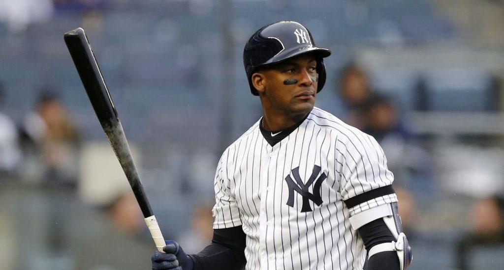 Un hombre con uniforme de béisbol  Descripción generada automáticamente