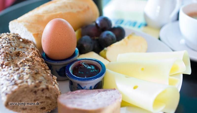 Photo: Mainzer Frühstück  Ofenfrisches Baguette, Butter, Marmelade, 1 gekochtes Ei,herzhafte Gutsleberwurst und Käse