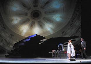 Photo: LES CONTES D'HOFFMANN im Theater an der Wien. Regie: Roland Geyer. Premiere: 4.7.2012.Marlis Petersen, John Relya. Foto: Barbara Zeininger