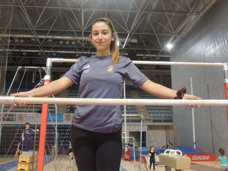 Lola García posa para LA VOZ en el Palacio Mediterráneo.