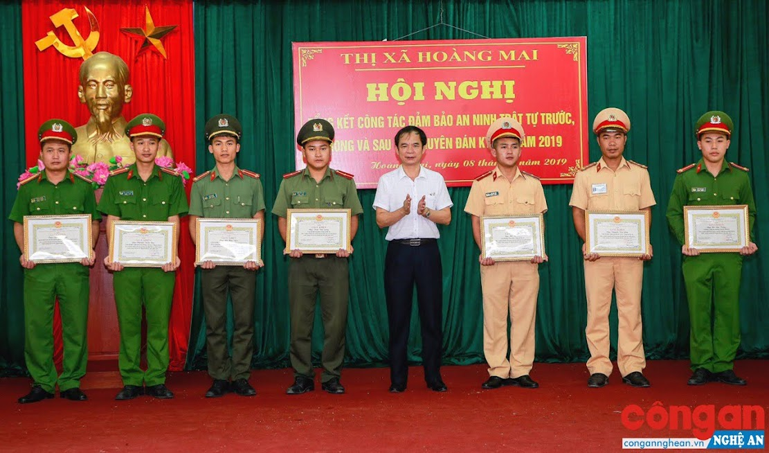 Đồng chí Nguyễn Hữu Tuy, Phó Bí thư Thị ủy, Chủ tịch UBND thị xã tặng Giấy khen cho các cá nhân có thành tích xuất sắc