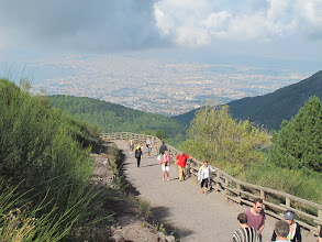Photo: It.s3S202-141007Vésuve, montée, soleil, chemin large mais pente rude, vue sur Naples  IMG_5474