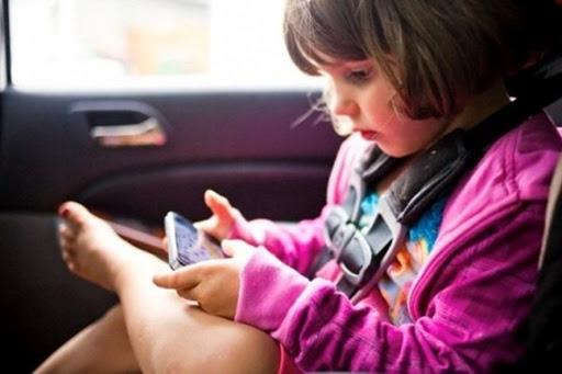 Sử dụng điện thoại nhiều có thể ảnh hưởng xấu đến xương của trẻ