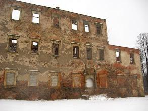Photo: Mijając zabytkową bramę dochodzimy do ruin dworu. Zabytek istniał już w XVI w., obecne cechy stylistyczne uzyskał podczas przebudowy w latach 1610–1622 dla rodziny von Schweinichen; remontowany po 1900 r.; po 1945 r. przejęty przez PGR, opuszczony w latach 60 XX w., obecnie całkowicie zrujnowany. http://pl.wikipedia.org/wiki/Stara_Kra%C5%9Bnica