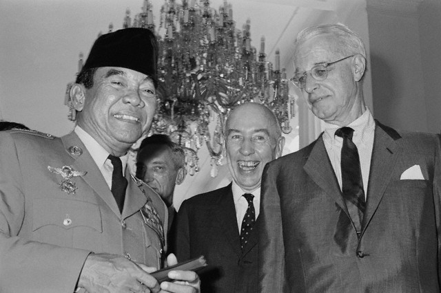 "Photo: 06 Apr 1965, Jakarta, Indonesia --- U.S. Special Envoy Ellsworth Bunker, right, and Ambassador Howard P. Jones, center, chatting with Indonesian President Sukarno April 6, 1965, at the Presidential Palace in Djakarta. The Americans met with Indonesian officials in efforts to stop the ""decline"" of U.S. Indonesian relations. --- Image by © Bettmann/CORBIS"