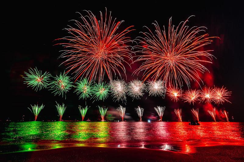 I fuochi d'artificio brillano nel cielo notturno di Mutley