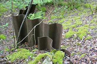Photo: Op het amper zichtbare pad kom ik deze golfplaten tegen. Ik ben dus in de buurt van de steengroeve.