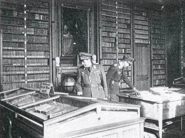 Альфред Фрауэнфельд (слева) в библиотеке Воронцовского дворца.jpg