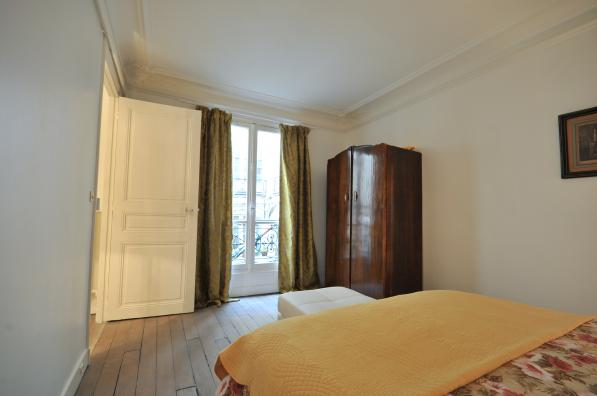 Double bed bedroom at 2 Bedroom Apartment in Louvre & Les Halles