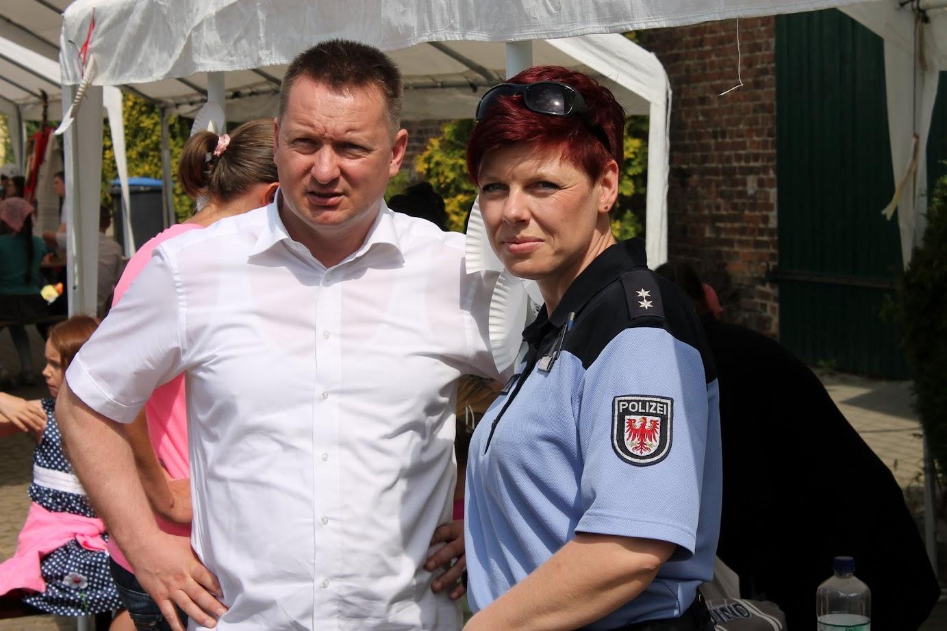 Amtsdirektor Frank Gotzmann und die deutsch-polnische Kontaktbeamtin Thea Trapp beobachteten das festliche Geschehen aufmerksam. Foto: A. Schwarze