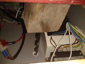 Photo: Como estoy sólo, pongo una broca, un taco de madera y la caja de herramientas, para que presionen, mientras empujo por debajo para meter el codo.