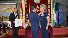Lola Gómez recibe el título de manos del alcalde de El Ejido.
