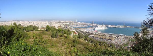 Photo: Panorama al costado del Montjuic, dominado por el puerto y el Mar.