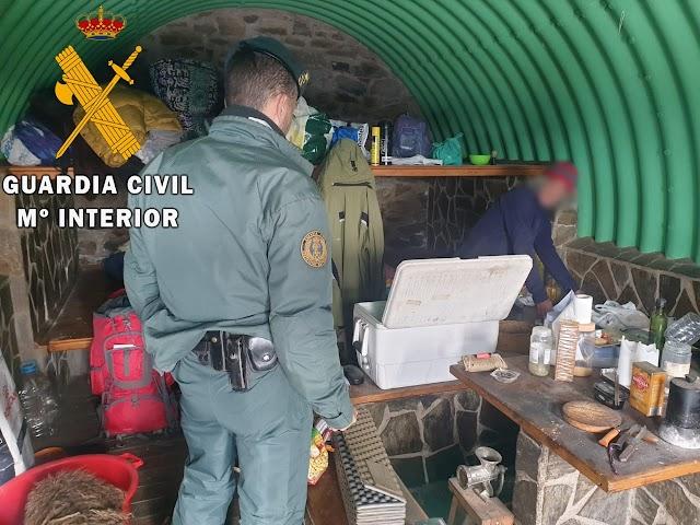 Interior del refugio donde el hombre se encontraba aislado.