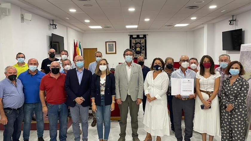 Crespo entrega una ayuda de 730.000 euros para mejorar el regadío del Río Adra.